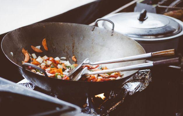 wok-con-verdure-in-cottura-per-riapertura-cucina-spazio-eco